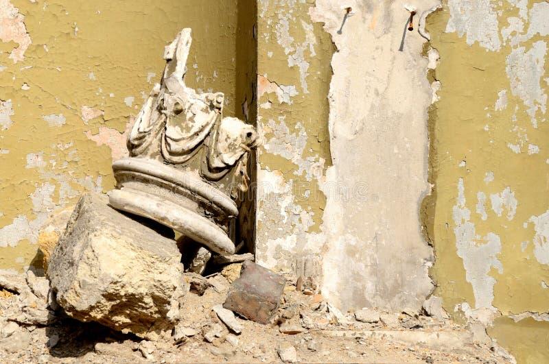 Restos arqueológicos hermosos - cabeza de la columna con el ornamento fotografía de archivo