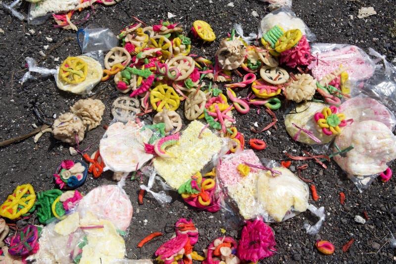 Restos das doações após o funeral hindu, Nusa Penida, Indonésia fotografia de stock