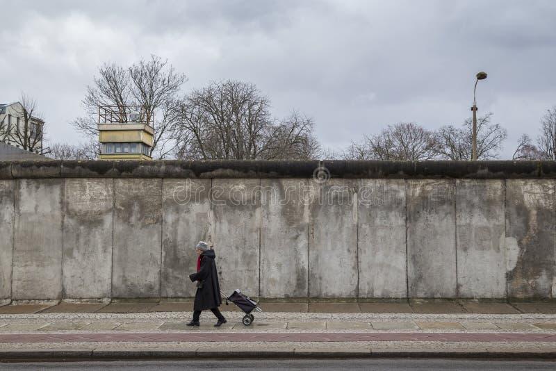 Restos de Berlin Wall y de la atalaya imagen de archivo