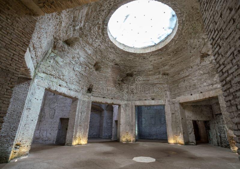 Restos de la bóveda dentro de Domus Aurea en Roma imágenes de archivo libres de regalías