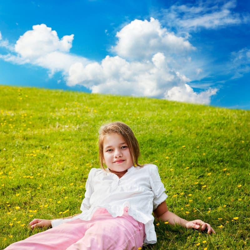 Restos de la muchacha en prado asoleado fotografía de archivo libre de regalías