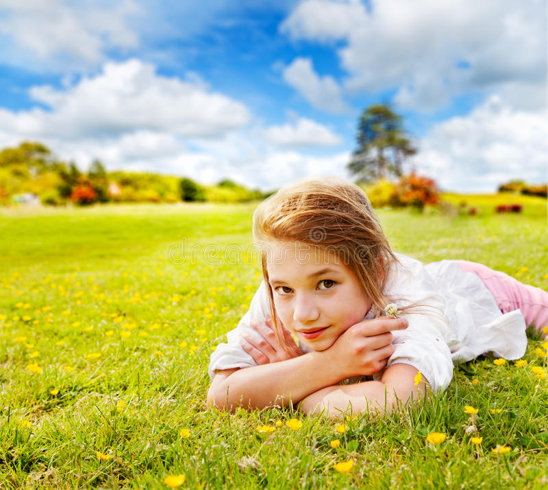 Restos de la muchacha en prado asoleado foto de archivo libre de regalías