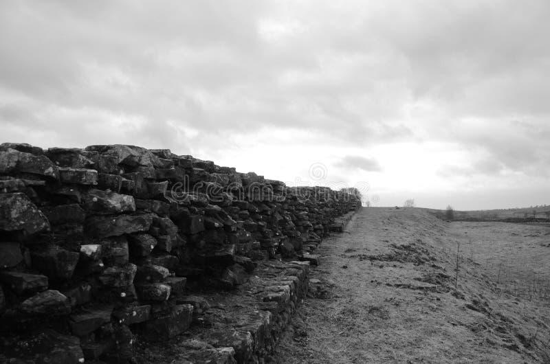 Restos de la pared poderosa de Hadrian imagen de archivo