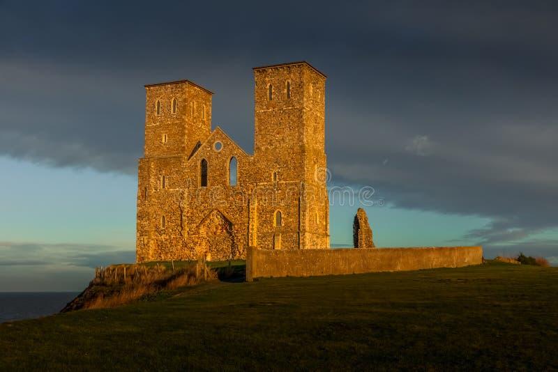 Restos de las torres de iglesia de Reculver bañadas en la última hora de la tarde Sun en invierno en Reculver en Kent imágenes de archivo libres de regalías