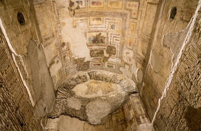 Restos de los murales de la pared dentro de Domus Aurea en Roma imagen de archivo libre de regalías