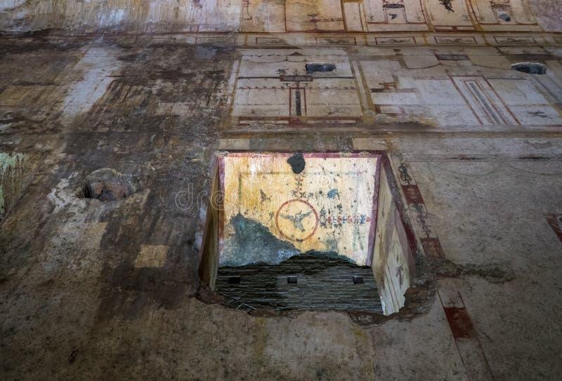 Restos de los murales de la pared dentro de Domus Aurea en Roma imágenes de archivo libres de regalías