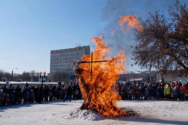 Restos de um espantalho queimado no feriado eslavo do inverno fotografia de stock royalty free