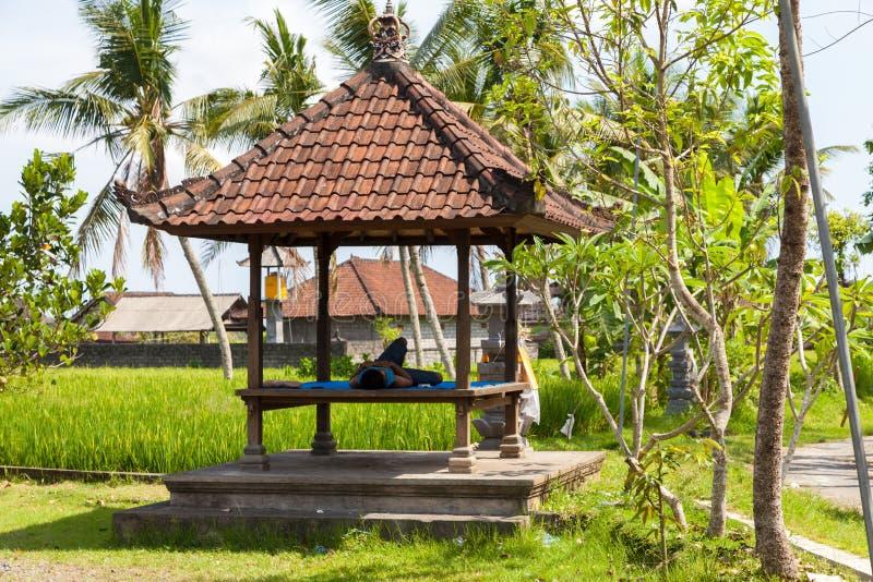 Restos de um trabalhador de campo do arroz em uma arquitetura asiática do sono foto de stock royalty free