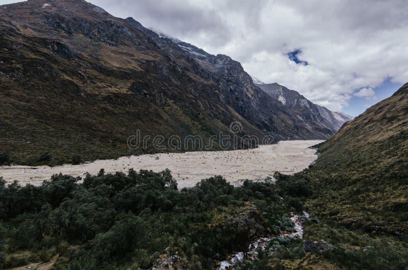 Restos de una avalancha en el valle al lado de la vegetación, en el trekking de la garganta de Santa Cruz entre montañas foto de archivo libre de regalías