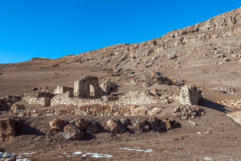 Restos de una casa arruinada antigua en un pueblo de las montañas imágenes de archivo libres de regalías