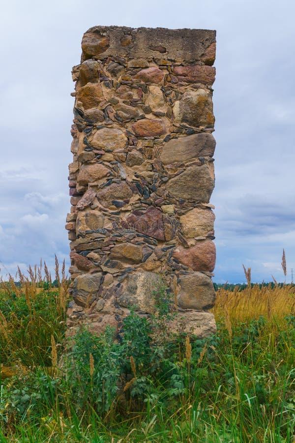 Restos de una casa arruinada de piedra vieja del pueblo foto de archivo libre de regalías