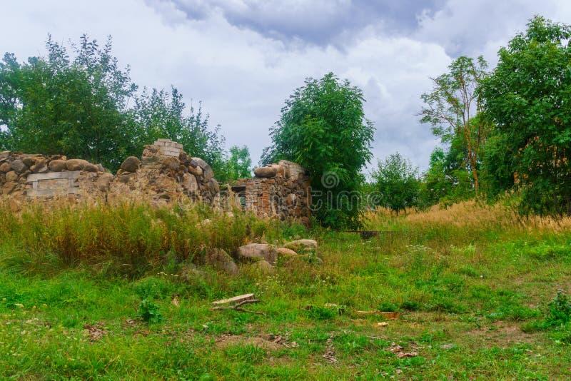 Restos de una casa arruinada de piedra vieja del pueblo imagen de archivo