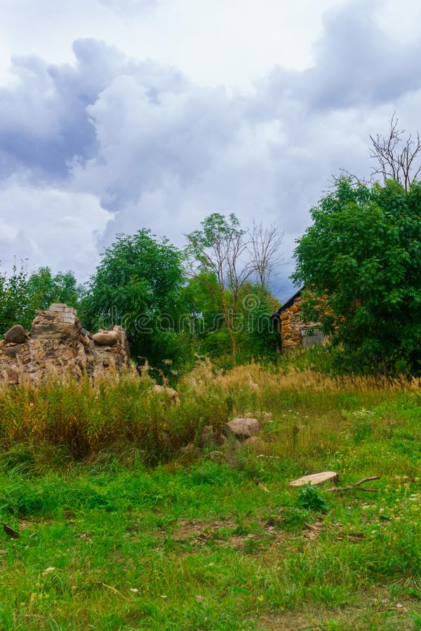 Restos de una casa arruinada de piedra vieja del pueblo fotos de archivo libres de regalías