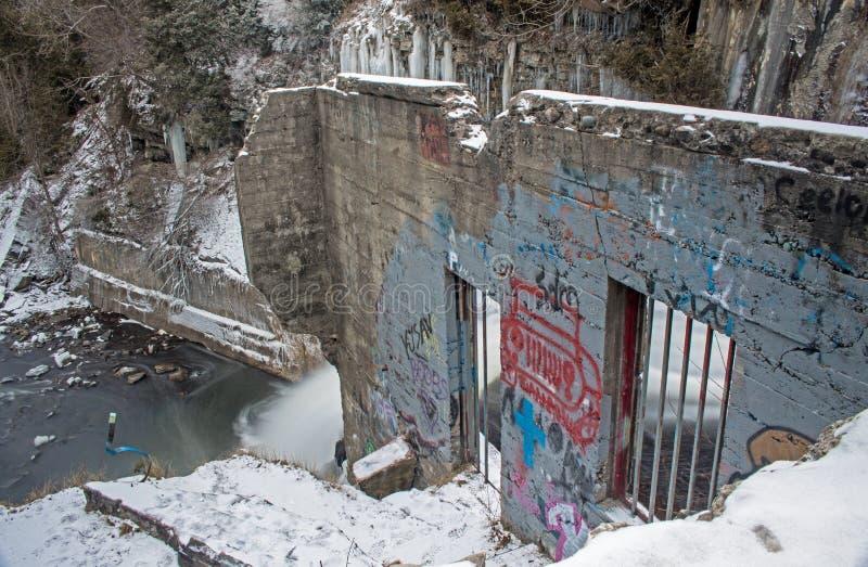 Restos de una estación eléctrica hidráulica en el río del crédito imagen de archivo