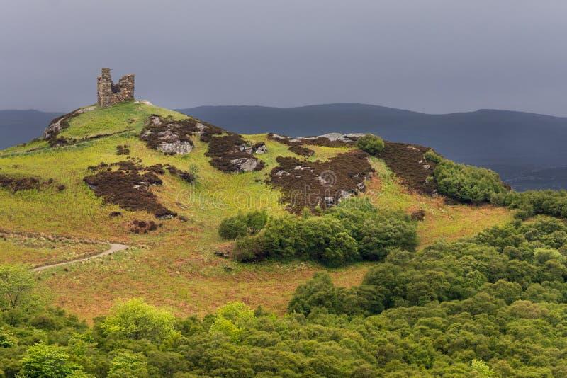 Restos del castillo cerca de la lengua, Escocia septentrional imagenes de archivo