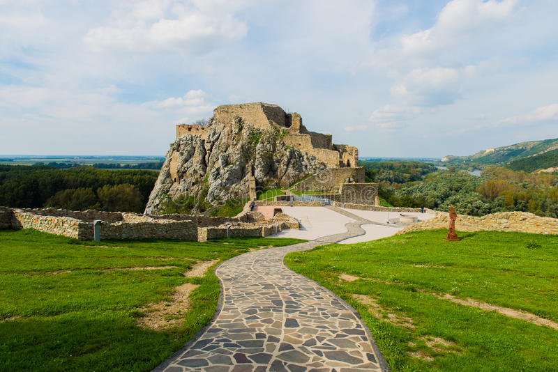 Restos del castillo Devin en la ciudad de Bratislava imagen de archivo libre de regalías