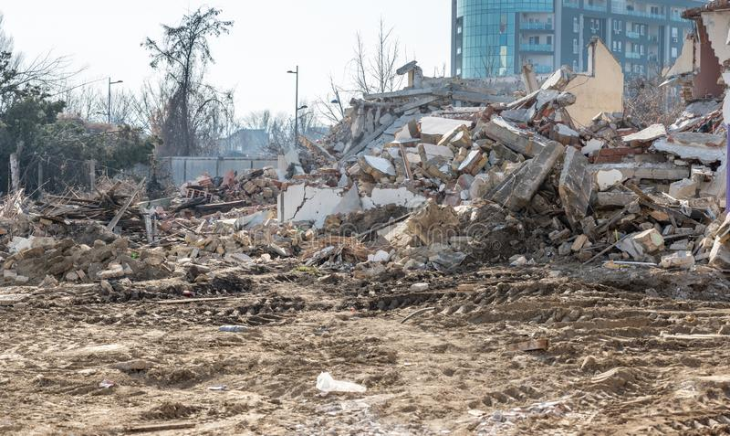 Restos del daño del desastre de las consecuencias del huracán o del terremoto en casas viejas arruinadas con el tejado y la pared imagenes de archivo