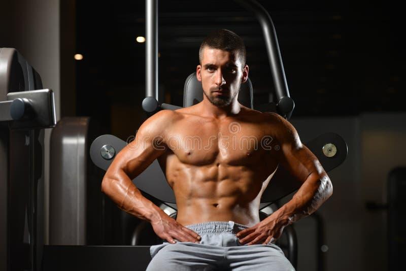 Restos del hombre en el gimnasio después que tiene un entrenamiento imagen de archivo