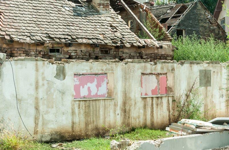 Restos interiores del daño del desastre del huracán o del terremoto en casa vieja arruinada en la ciudad con las paredes, las tej fotografía de archivo libre de regalías