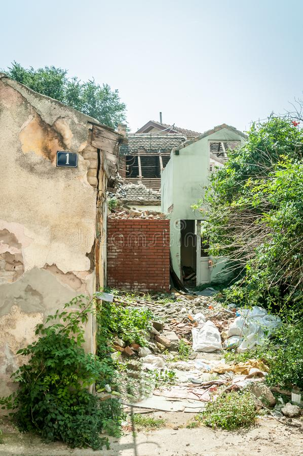 Restos interiores del daño del desastre del huracán o del terremoto en casa vieja arruinada en la ciudad con las paredes, las tej fotografía de archivo
