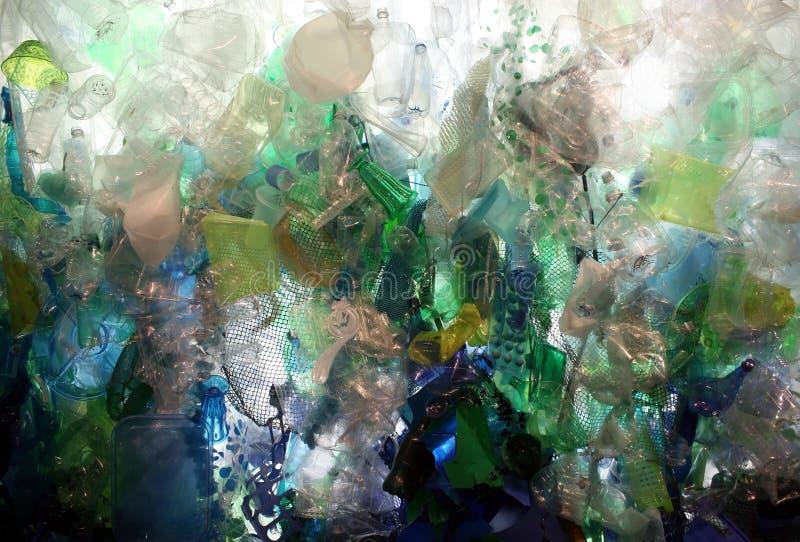 Restos plásticos do oceano fotografia de stock