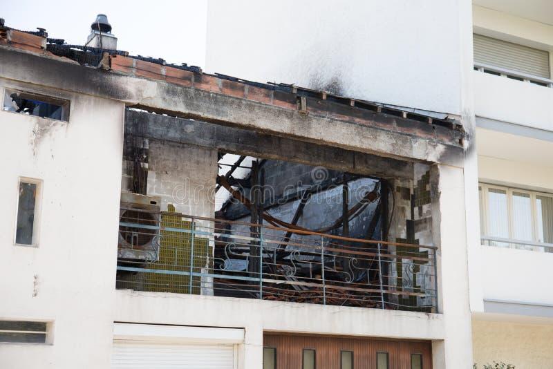 Restos quemados de la propiedad después de un fuego accidental de la casa imagen de archivo