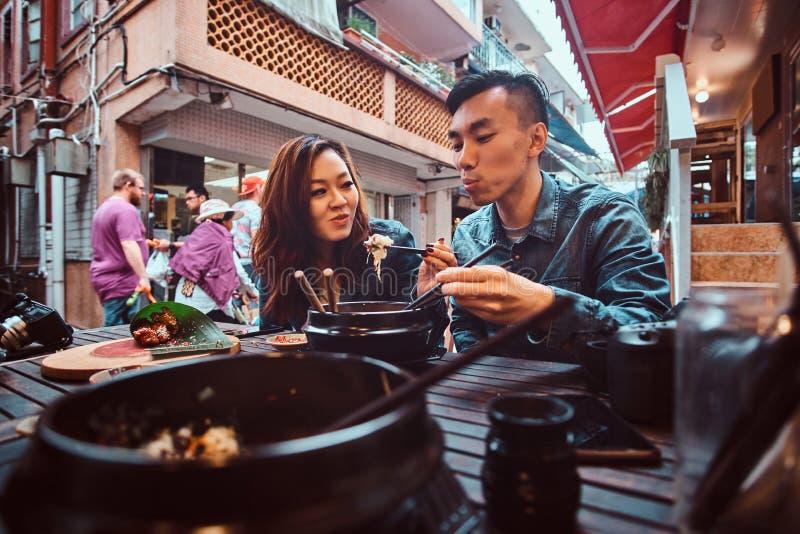Азиатские пары едят на китайском кафе стоковое фото