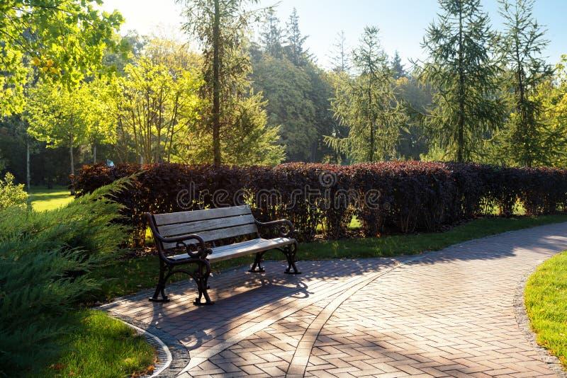 Restplatz in einem Park stockfotos