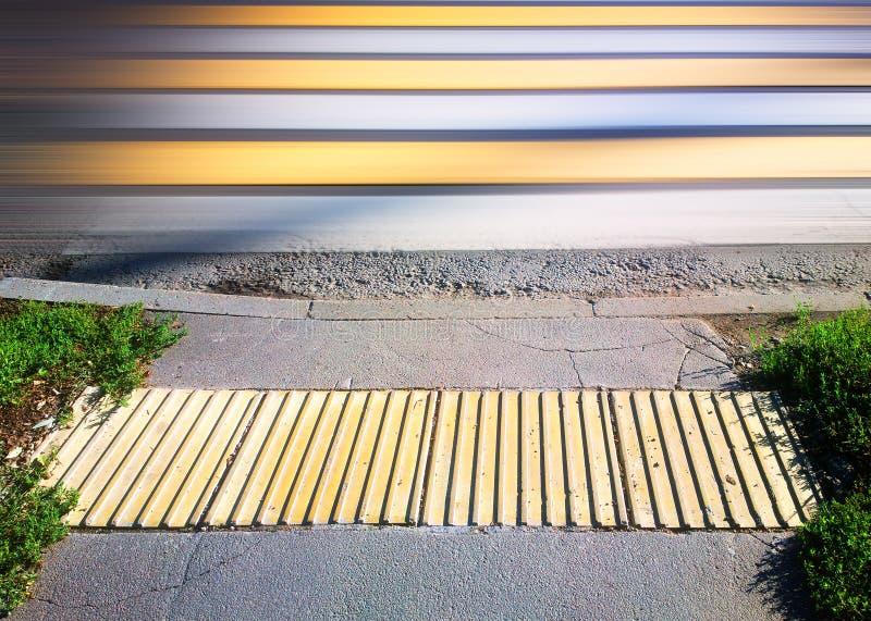 Restricciones de la velocidad en fondo del paso de peatones imagenes de archivo