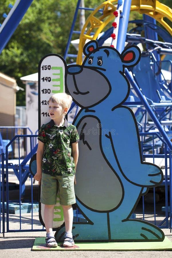 Restricciones en crecimiento en un parque de atracciones de los ni?os imagen de archivo