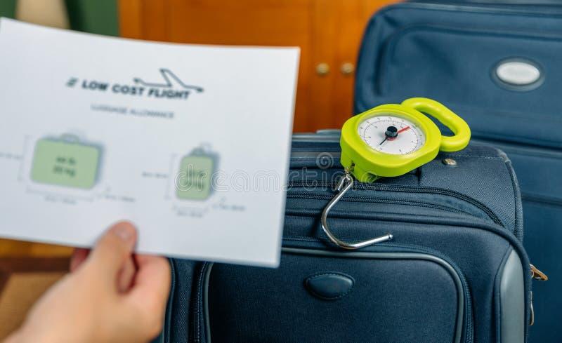 Restricciones y equipaje del equipaje de las líneas aéreas del bajo costo en fondo fotos de archivo