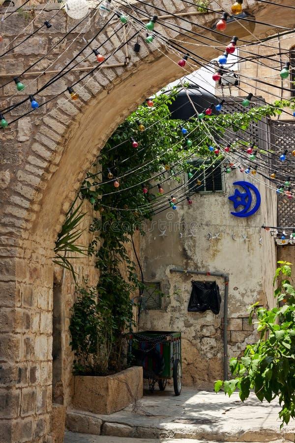 Restringa la via cobbled fra le case lapidate tradizionali del quarto ebreo alla vecchia parte storica di Gerusalemme, Israele immagine stock