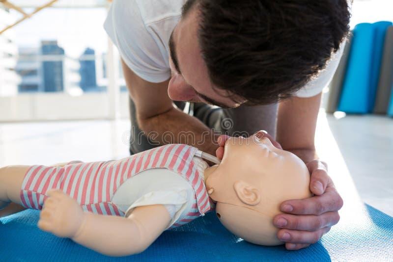 Resucitación practicante del paramédico en maniquí imagen de archivo