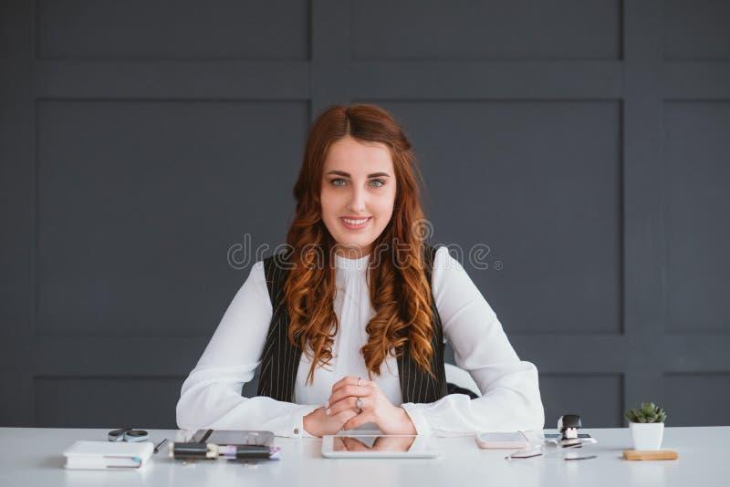 Resultaat van het van het Bedrijfs smm het deskundige werk vrouwenoverleg royalty-vrije stock afbeelding