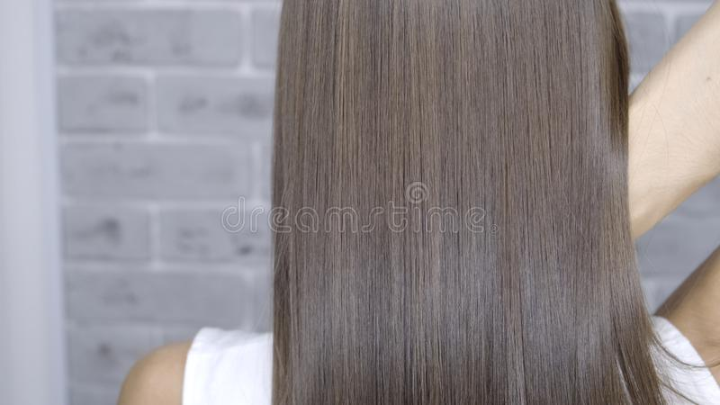 Resultado após a laminação e o cabelo que endireitam em um salão de beleza para uma menina com cabelo marrom Conceito dos cuidado fotos de stock