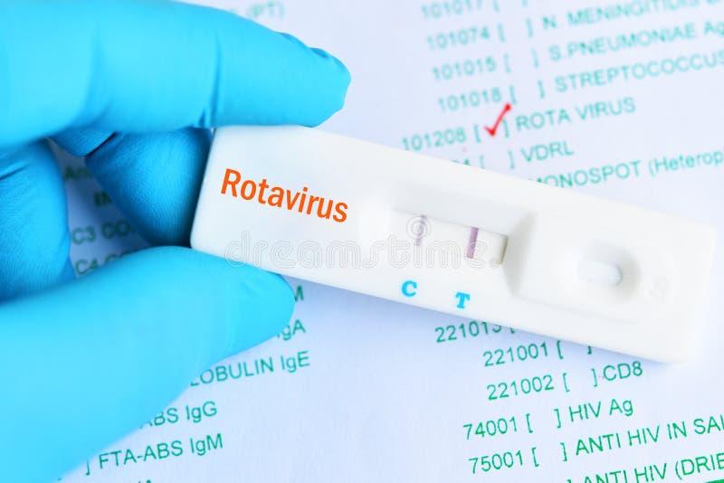 Resultado da análise positivo do Rotavirus usando a gaveta rápida do teste foto de stock royalty free