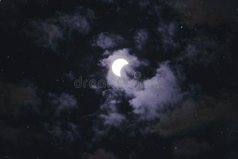Resultado de la media luna en el cielo nocturno rodeado por las estrellas y las nubes fotografía de archivo libre de regalías