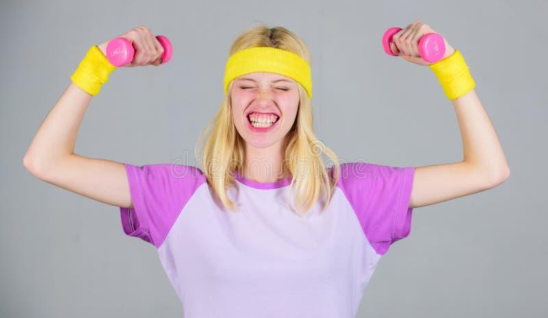 Resultado del entrenamiento Coche de la aptitud de la mujer que ejercita con pesa de gimnasia Ejercicio fácil del bíceps Entrenam imágenes de archivo libres de regalías