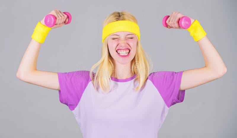 Resultado del entrenamiento Coche de la aptitud de la mujer que ejercita con pesa de gimnasia Ejercicio f?cil del b?ceps Entrenam fotografía de archivo