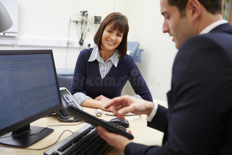Resultat för doktor Showing Patient Test på den Digital minnestavlan royaltyfri bild