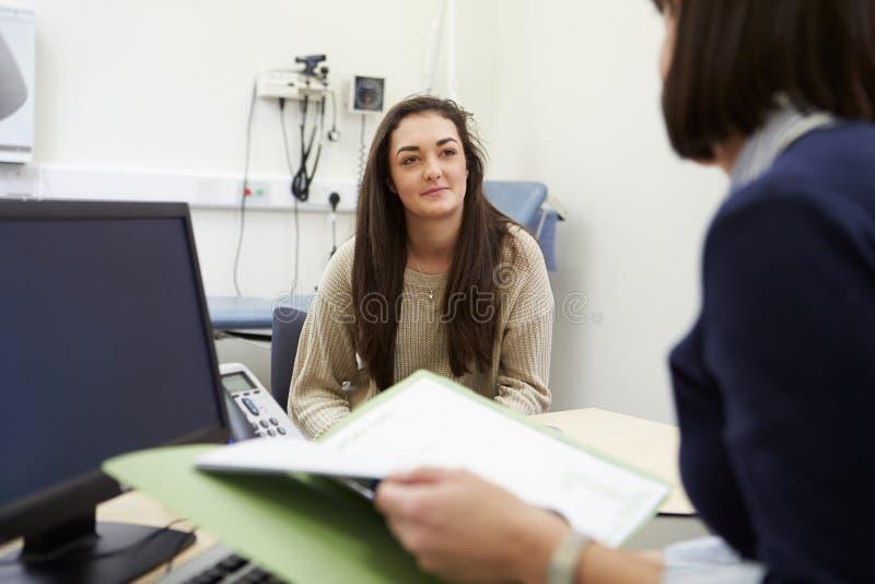 Resultat för doktor Showing Patient Test på den Digital minnestavlan royaltyfria foton