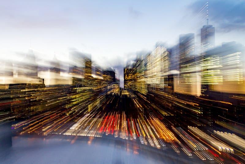 Resuma el horizonte borroso de las luces de New York City en la oscuridad imagen de archivo