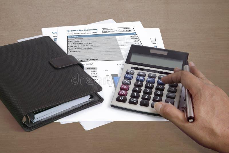 Resuma la cantidad de coste de electricidad de todas las cuentas imágenes de archivo libres de regalías