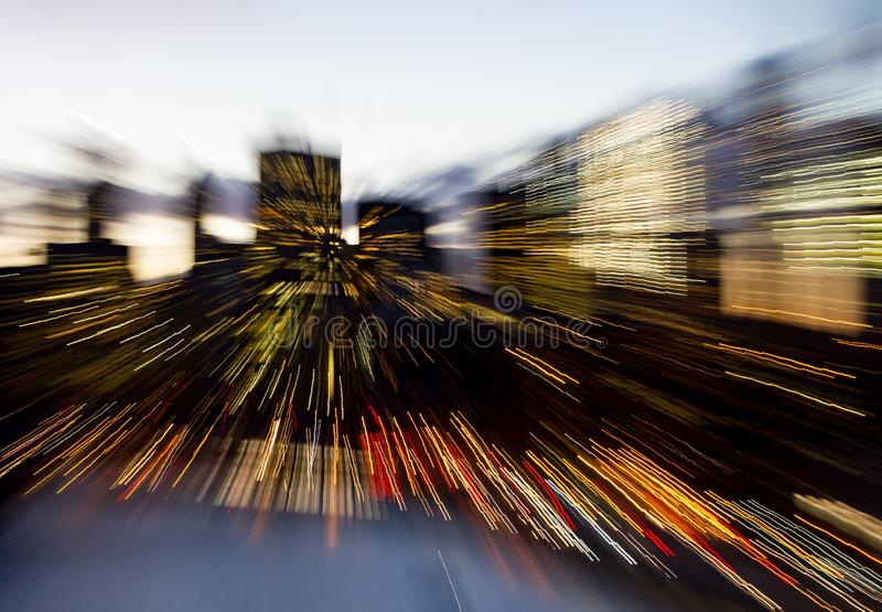 Resuma las líneas borrosas de luces céntricas del horizonte de New York City imagen de archivo