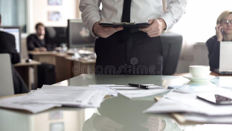 Resumo da leitura do oficial da hora, preparando documentos para encontrar-se, agenda planejando fotos de stock