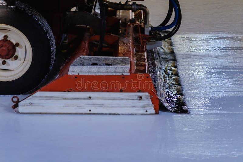 Resurfacer-Maschinenniveaus gefrieren am Stadion Winter-Hockey lizenzfreies stockfoto