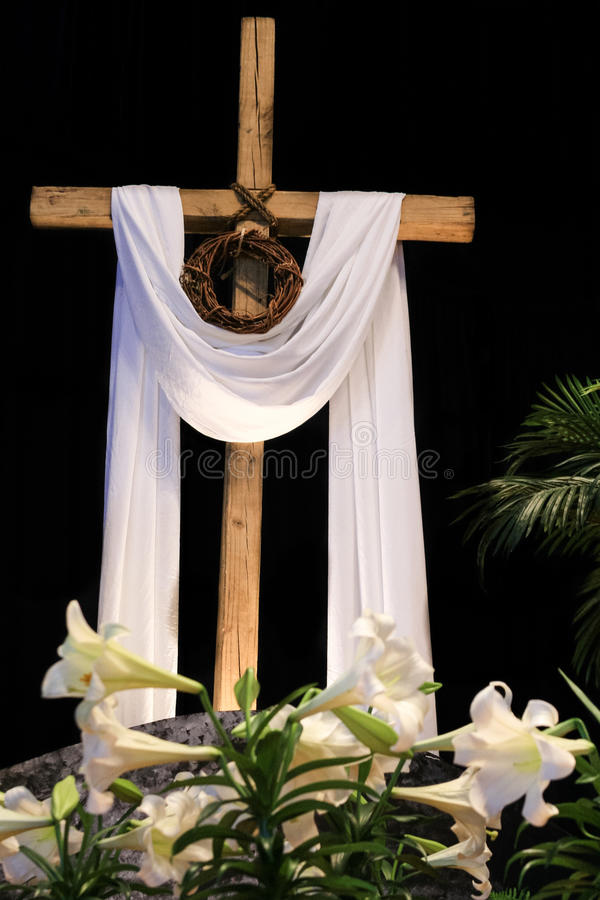 Resurrección de Pascua - lirios, cruz y corona de espinas fotos de archivo