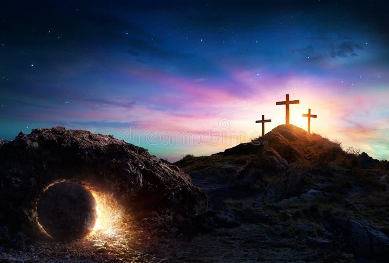 Resurrección - tumba vacía con la crucifixión imágenes de archivo libres de regalías