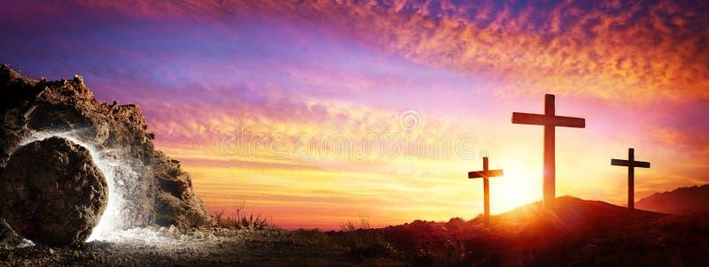 Resurrección - tumba vacía con la crucifixión imagen de archivo