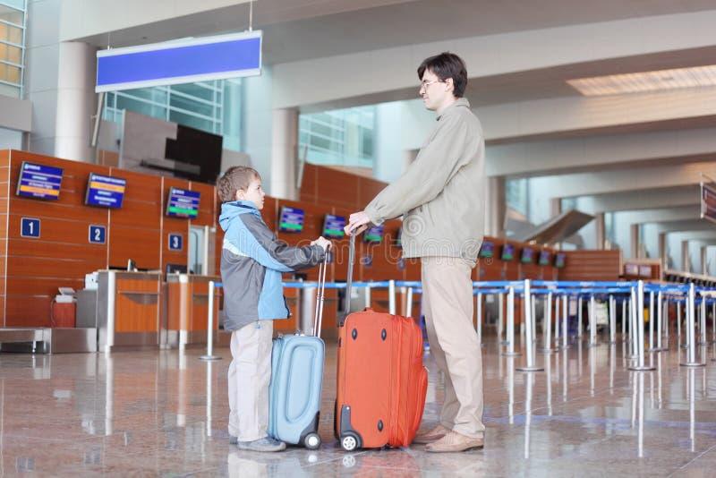 resväska för son för flygplatsfaderkorridor fotografering för bildbyråer
